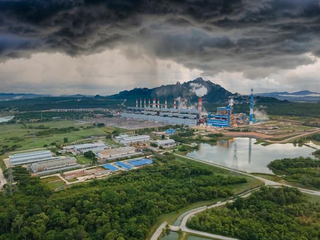 Widok z lotu ptaka, panoramiczny widok na elektrownie węglowe na dużym obszarze