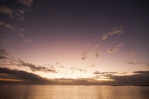 Widok z lotu ptaka panoramiczny zachód słońca nad oceanem.