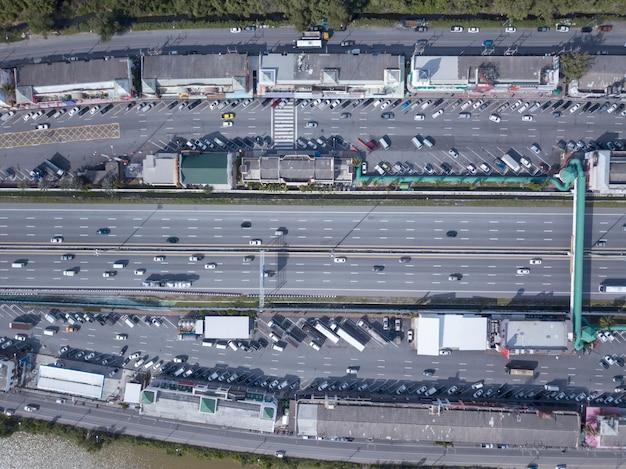 Widok z lotu ptaka parkingu miejsca odpoczynku w autostradzie wyraża bangkok-pattaya
