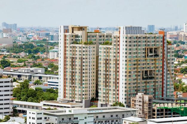Widok z lotu ptaka pejzaż miejski nowożytny miasto w bangkok.
