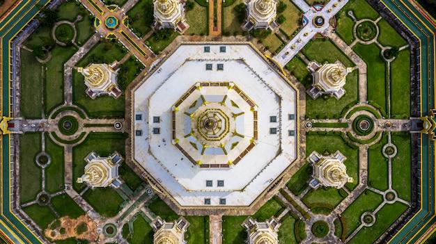 Widok z lotu ptaka phra maha chedi chai mongkol lub phanamtip świątynia, roi et, tajlandia.