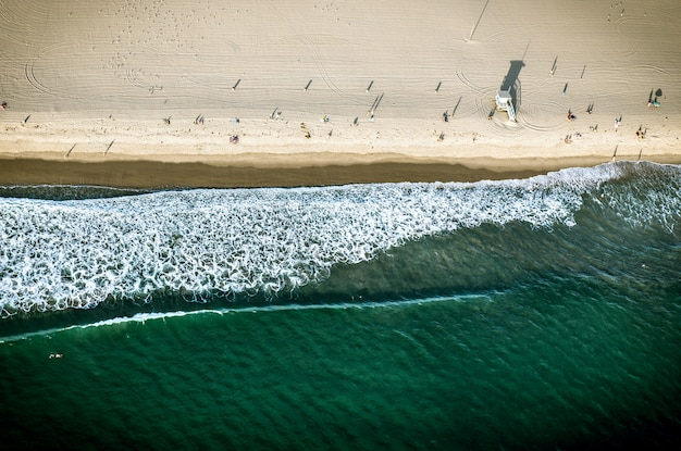 Widok z lotu ptaka piasek i seashore w santa monica