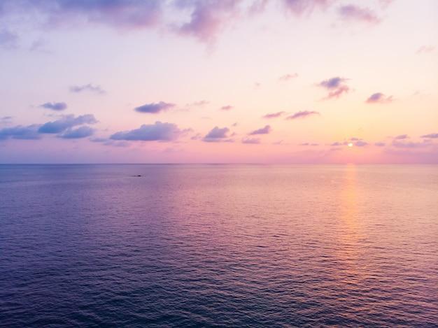 Widok z lotu ptaka piękna plaża i morze z kokosowym drzewkiem palmowym przy zmierzchu czasem
