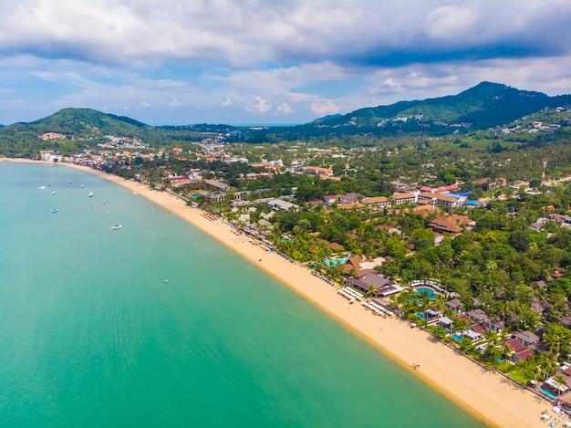 Widok z lotu ptaka piękna tropikalna plaża i morze z palmą i innym drzewem w koh samui wyspie