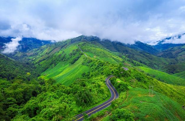 Widok z lotu ptaka piękne niebo droga nad szczytem gór z zieloną dżunglą w prowincji nan, tajlandia