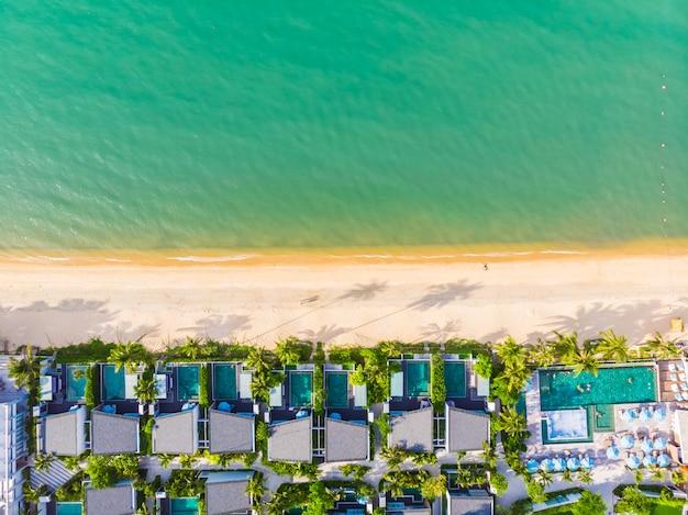 Widok z lotu ptaka pięknej tropikalnej plaży