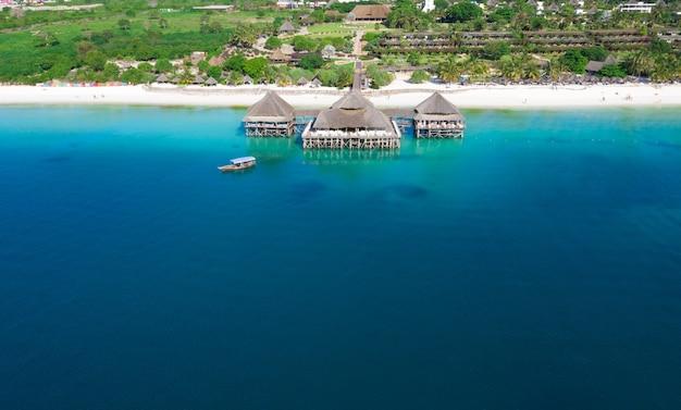 Widok z lotu ptaka pięknej tropikalnej wyspie zanzibar. morze na plaży zanzibar, tanzania.