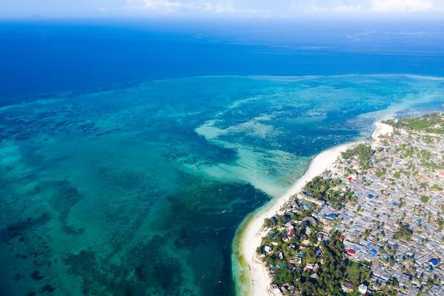Widok z lotu ptaka pięknej tropikalnej wyspie zanzibar.