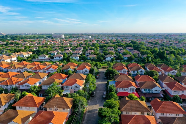 Widok z lotu ptaka pięknej wioski rodzinnej i miasteczka