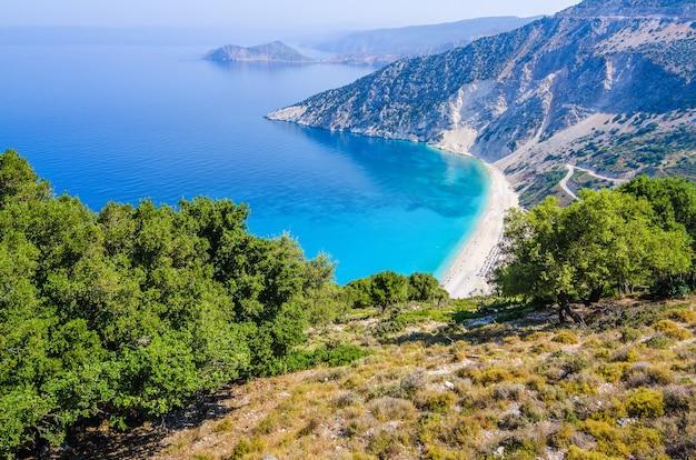 Widok z lotu ptaka pięknej zatoki myrtos i plaży na wyspie kefalinia, grecja