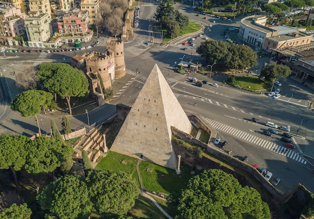 Widok z lotu ptaka piramidy cestiusza w rzymie. po włosku, piramide di caio cestio lub piramide cestia