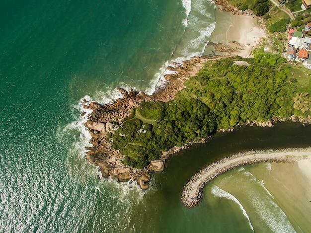 Widok z lotu ptaka plaża barra da lagoa w florianopolis w brazylii. lipiec 2017.