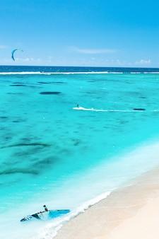 Widok z lotu ptaka plaży le morne na oceanie indyjskim na wyspie mauritius.