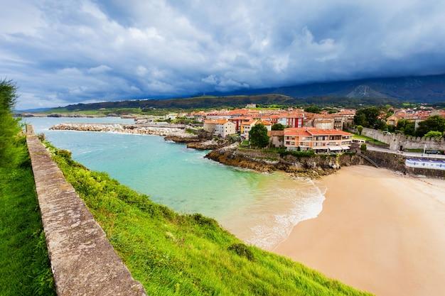Widok z lotu ptaka plaży llanes. llanes to gmina w prowincji asturia w północnej hiszpanii.