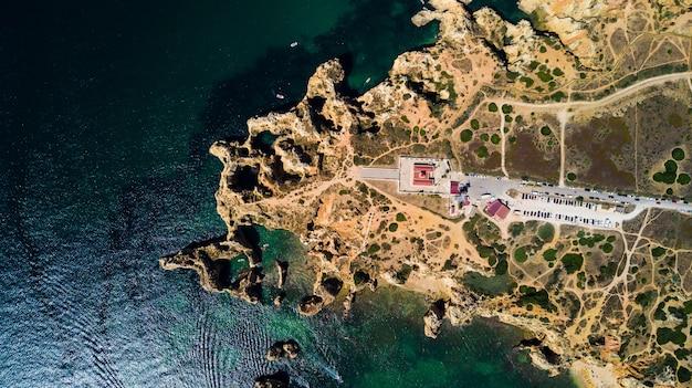Widok z lotu ptaka ponta da piedade w lagos, portugalia. piękno krajobrazu surowych nadmorskich klifów i wód oceanu w regionie algarve w portugalii