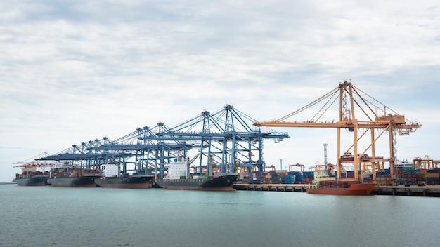 Widok z lotu ptaka port terminalu kontenerowego statku towarowego