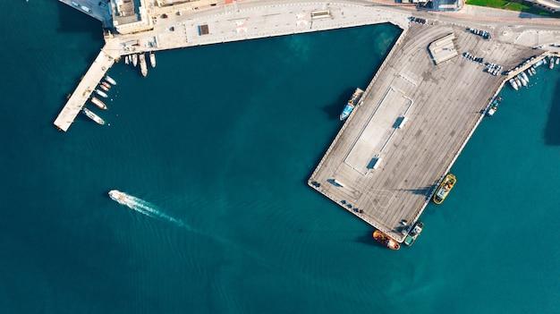 Widok z lotu ptaka portu dla importu i eksportu i logistyki, duży port ankona, włochy