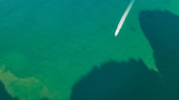 Widok z lotu ptaka prędkości łodzi na morzu