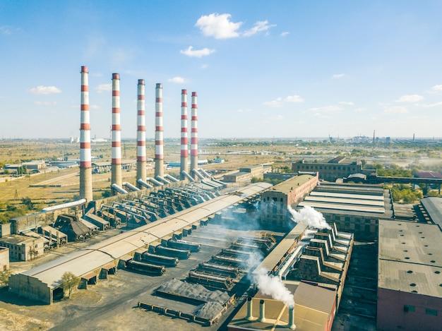 Widok z lotu ptaka produkcyjna fabryka z wysokimi przemysłowymi rurami z szkodliwymi emisjami, ekologii pojęcie f