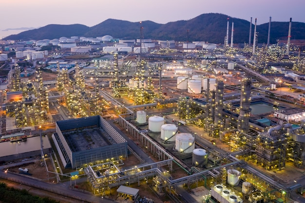 Widok z lotu ptaka przemysłu naftowego i gazowego - rafineria, strzał z drona rafinerii ropy naftowej i zakładu petrochemicznego o zmierzchu, bangkok, thailan