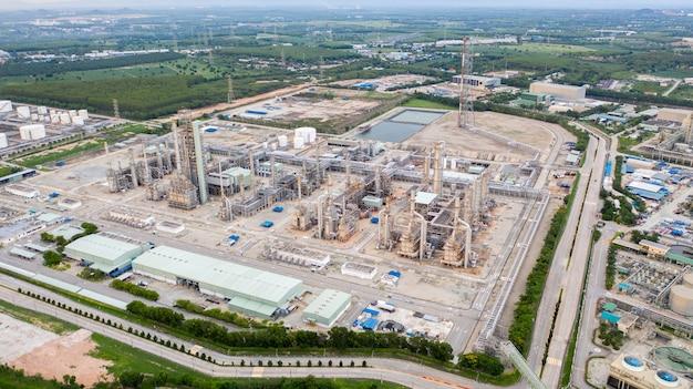 Widok z lotu ptaka rafinerii przemysłu naftowego i gazowego strzał z drona