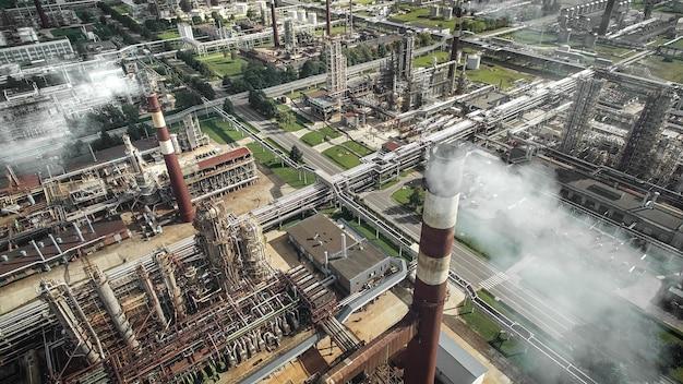 Widok z lotu ptaka rafinerii ropy naftowej z kominami i zbiornikami