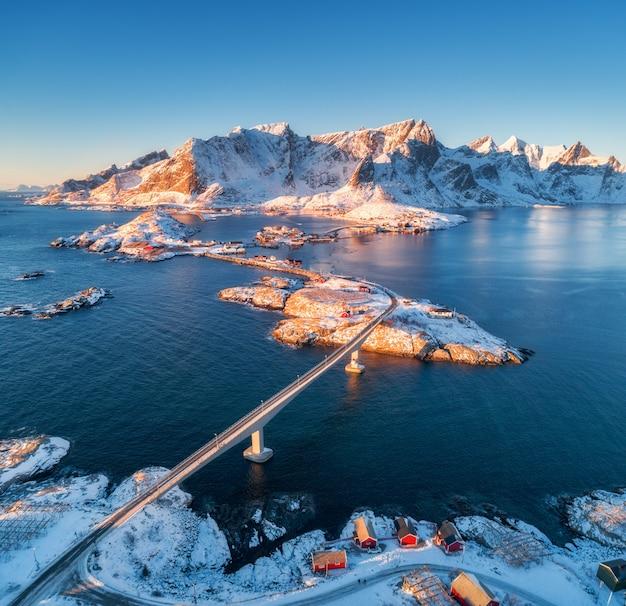 Widok z lotu ptaka reine i hamnoy o zachodzie słońca w zimie
