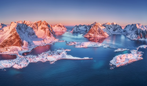 Widok z lotu ptaka reine i hamnoy przy wschodem słońca w zimie