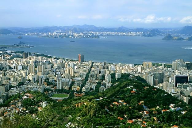 Widok z lotu ptaka rio de janeiro od colcovado wzgórza, brazylia, ameryka południowa
