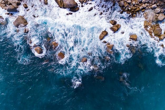 Widok z lotu ptaka rozbijać fale na skałach