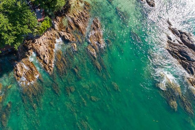 Widok z lotu ptaka rozbijających się fal na skałach widok przyrody