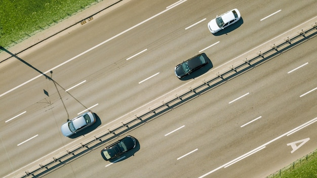 Widok z lotu ptaka ruchu na ośmiopasmowej drodze przez miasto kijów, ukraina. droga asfaltowa z białą linią na drodze