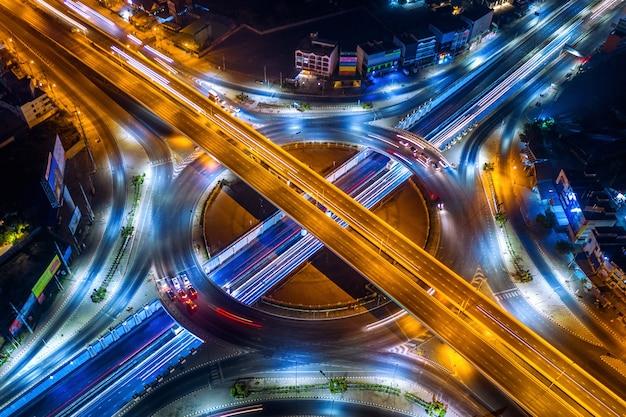 Widok z lotu ptaka ruchu na rondzie i autostradzie w nocy.