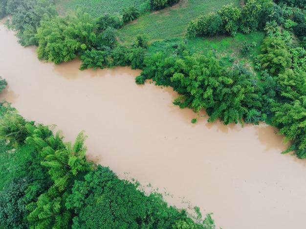 Widok z lotu ptaka rzeka powódź las natura obszar leśny zielone drzewo, widok z góry rzeka laguna staw z wodą powodzi z góry, widok z lotu ptaka krajobraz dżungli jezioro płynąca dzika woda po deszczu