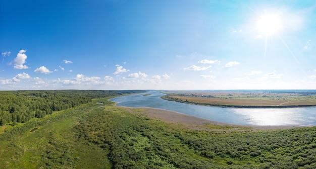 Widok z lotu ptaka rzeki tom w słoneczny dzień, lato na syberii, rosja.