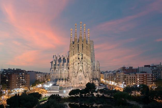 Widok z lotu ptaka sagrada familia, duży kościół rzymskokatolicki w barcelonie, hiszpania
