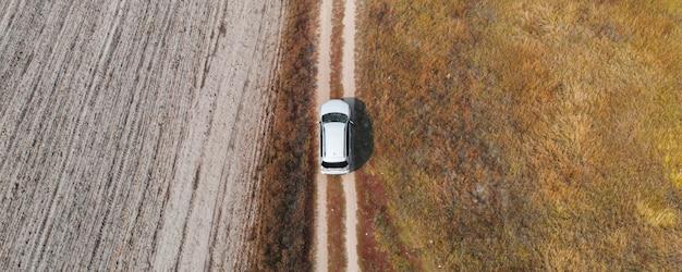 Widok z lotu ptaka, samochód z góry na dół jadący w trudnym terenie
