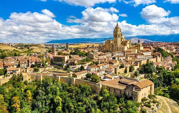 Widok z lotu ptaka segowii z katedrą. w hiszpanii