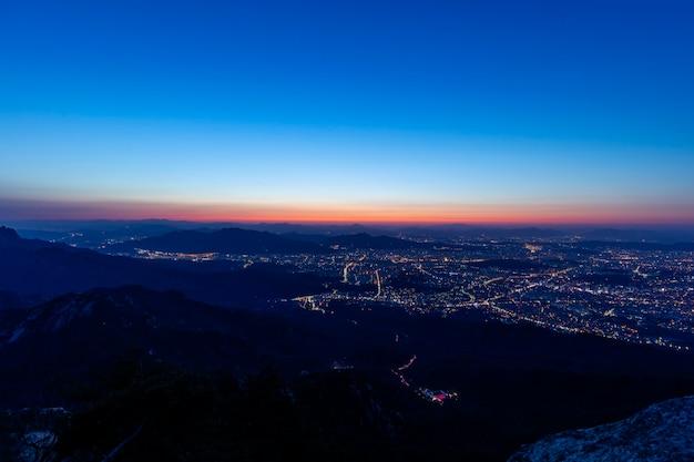 Widok z lotu ptaka seulu w korei południowej o wschodzie słońca z bluesky
