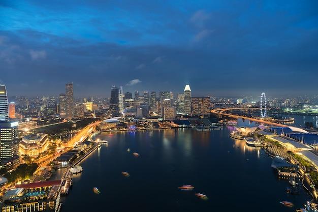 Widok z lotu ptaka singapur dzielnica biznesu i miasto przy zmierzchem w singapur, azja.