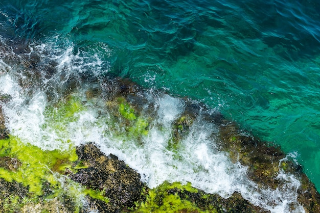 Widok z lotu ptaka skała w morzu