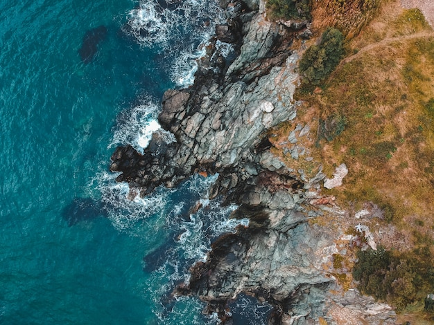Widok z lotu ptaka skały zbliża morze