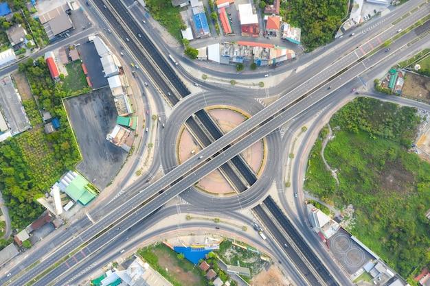 Widok z lotu ptaka skrzyżowań autostrady widok z góry miejskiego miasta, bangkok, tajlandia.
