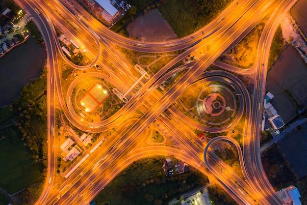 Widok z lotu ptaka skrzyżowań autostrady widok z góry miejskiego miasta, bangkok w nocy, tajlandia.
