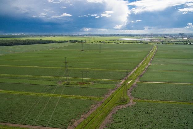 Widok z lotu ptaka słupów wysokiego napięcia i linii energetycznych