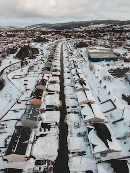 Widok z lotu ptaka śnieg zakrywał pole podczas dnia