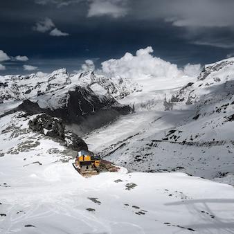Widok z lotu ptaka snowy mountain matterhorn z domem narciarskim, zermatt, szwajcaria