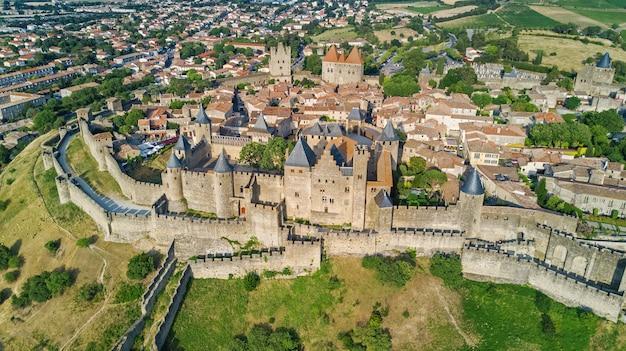 Widok z lotu ptaka średniowiecznego miasta i twierdzy carcassonne