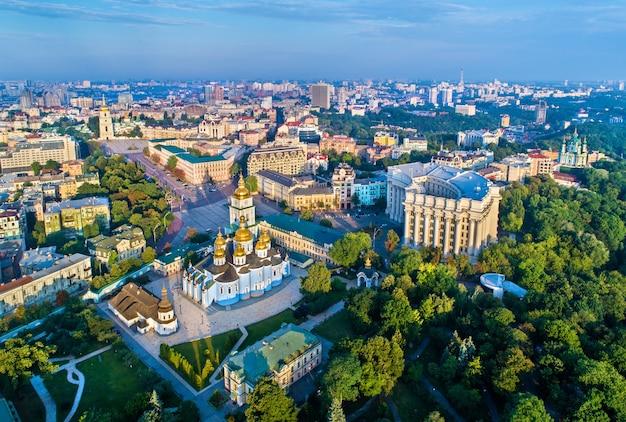 Widok z lotu ptaka st. michaels golden-domed klasztor, ministerstwo spraw zagranicznych i sobór mądrości bożej w kijowie, ukraina
