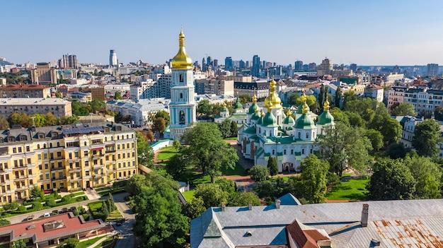 Widok z lotu ptaka st sophia katedry i panoramę miasta kijów z góry, gród kijów, stolica ukrainy